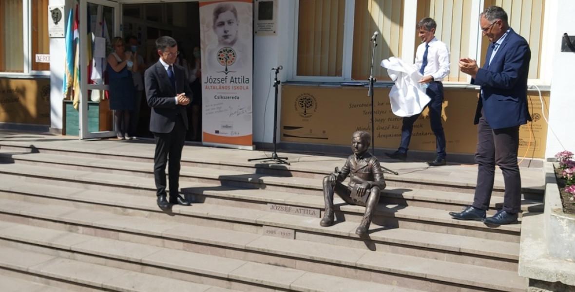 A kis József Attila egy csíkszeredai iskola lépcsőjén üldögél