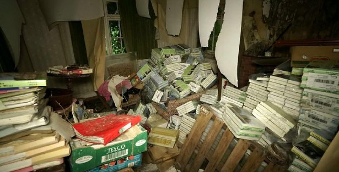 A krimiíró elhagyatott háza könyvekkel és kéziratokkal van tele
