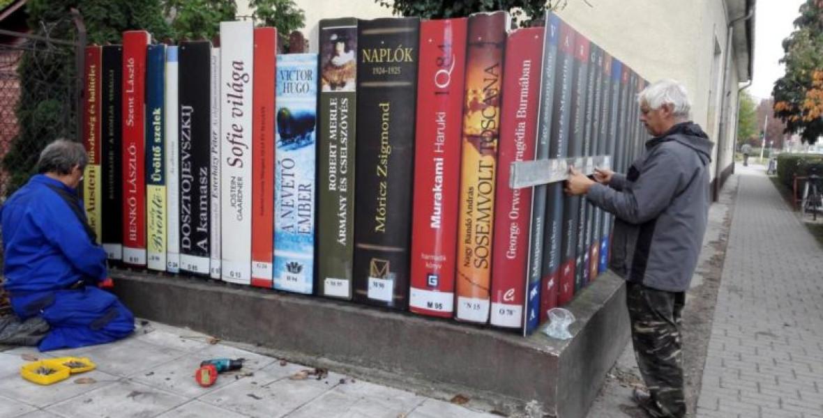 Könyvekből húztak kerítést Üllőn