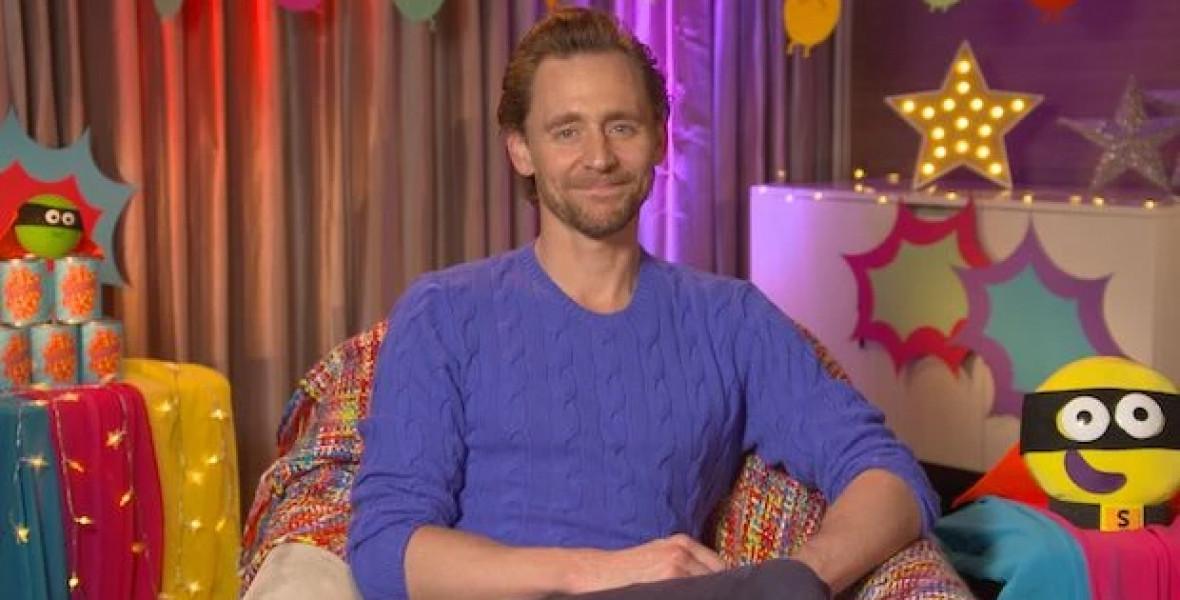 Loki szuperhősös mesét olvas a gyerekeknek