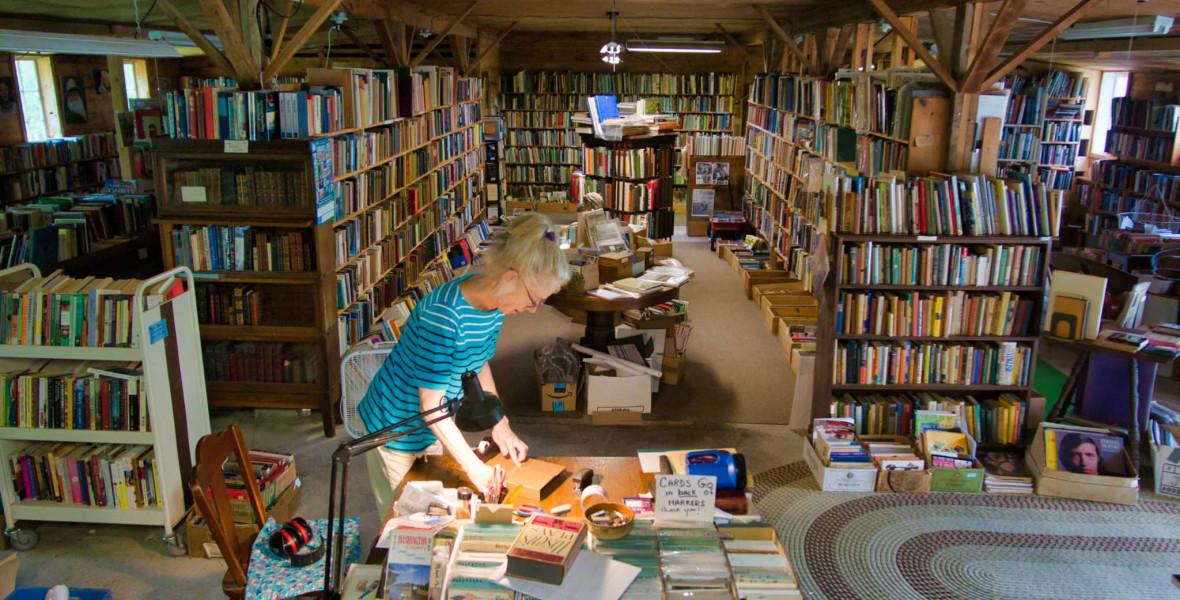 Eladó egy 61 éves, tyúkólból átalakított könyvesbolt