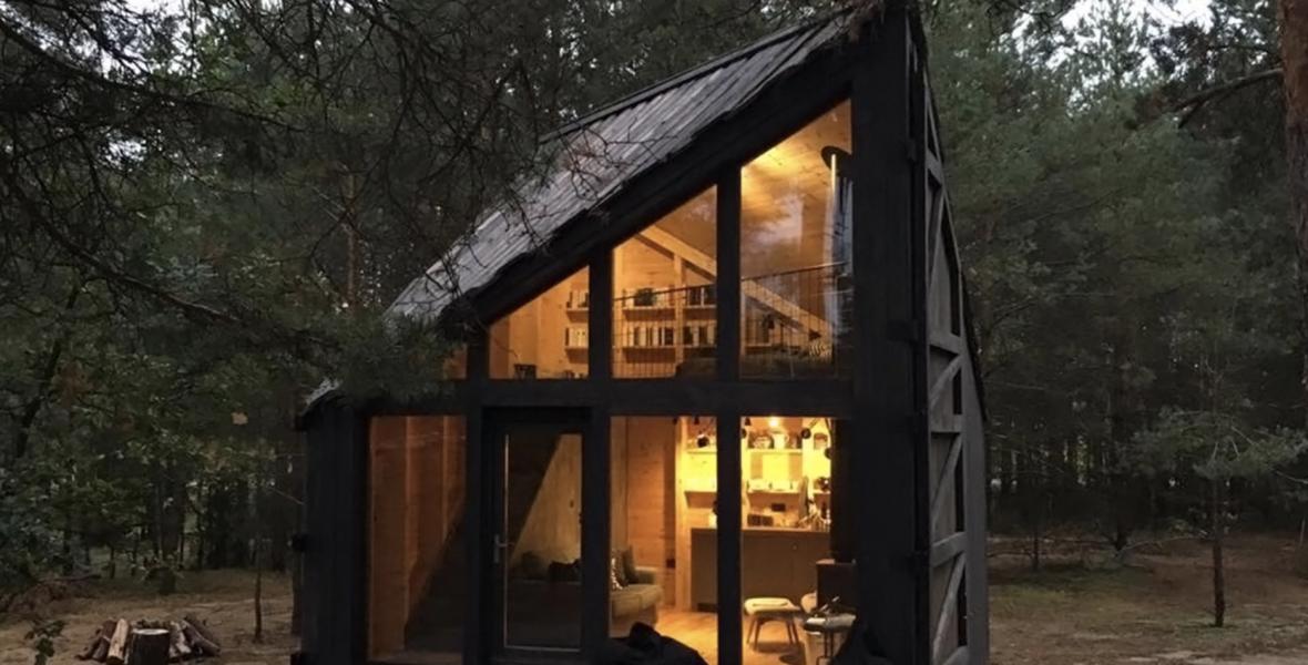 Hangulatos olvasókunyhó vár rád egy lengyel erdőben