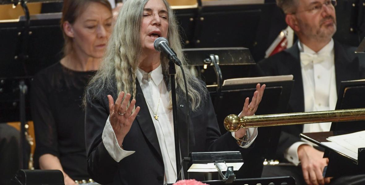 Bob Dylan nem ment el, Patti Smith bakizott a Nobel-díjátadón